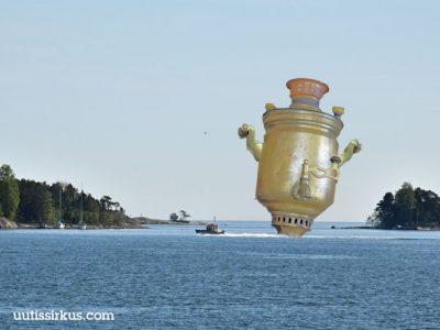 vene hinaa merellä kookasta samovaaria