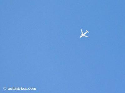 matkustajakone lentää korkealla taivaalla