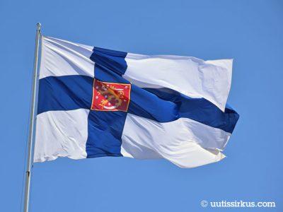 Suomen valtiolippu liehuu tangossa