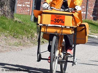 """postin polkupyörä, jossa teksti """"Tälle palkkaa -30%, huomioi päiväys"""""""