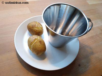 lautasella kaksi keitettyä perunaa ja litran mitta