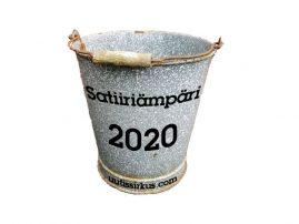 Satiiriämpäri 2020 -teksti pilkullisen metalliämpärin kyljessä