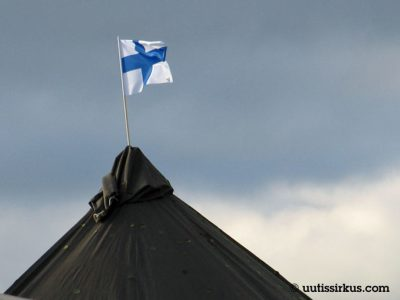 Suomen lippu liehuu puolijoukkueteltan katolla