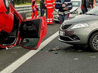 kolari: toinen auto katollaan, toinen sen vieressä renkaillaan