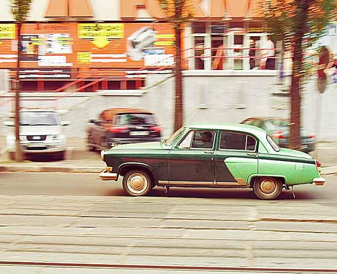 1960-luvun Volga syöksyy kadulla oikealta vasemmalle