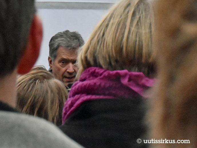 Sauli Niinistö väkijoukon keskellä kampanjatilaisuudessaan vuonna 2018