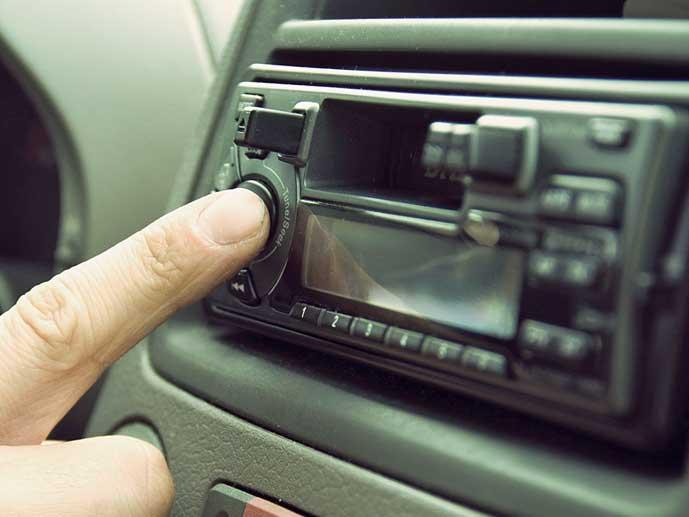 sormi painaa autoradion nappulaa Kuva: Breakingpic/Pexels