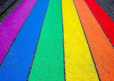 sateenkaaren väreihin maalattu suojatie