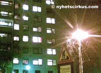 valot loistavat kerrostalon ikkunoissa