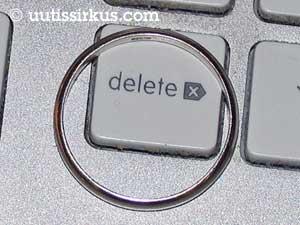 Sormus on delete-napin kohteena