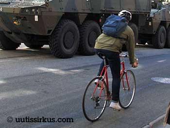 Pyöräilijä ja panssaroitu miehistönkuljetusvaunu