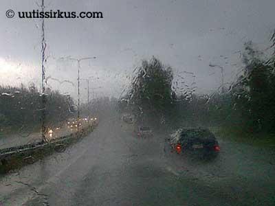autojonoa sateessa moottoritiellä