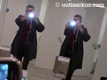 Pertti Usvan kännykän salama välähtää ja selfie taltioituu kahden peilin kautta kaksin kappalein