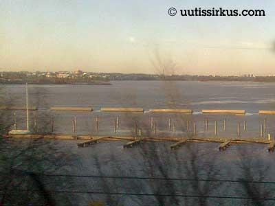 Kulosaaren sillalta katsottuna havaitsee, että jään päällä on paikoitellen vettä
