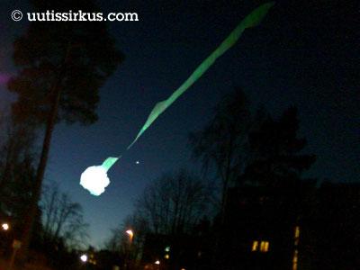 tulipallo lentää tummalla iltataivaalla vihreä vana perässään