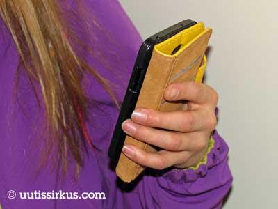 älypuhelin tytön kädessä