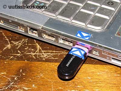 muistitikku on kiinni tietokoneessa