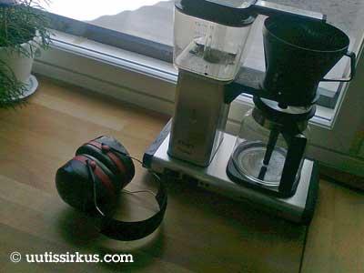 kahvinkeittimien vieressä ovat kuulosuojaimet