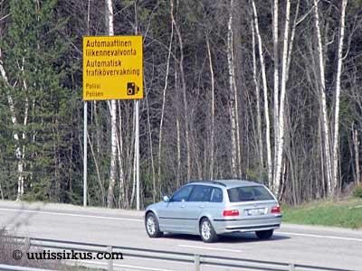 auto etenee valtatiellä automaattinen liikennevalvonta -kyltin ohi