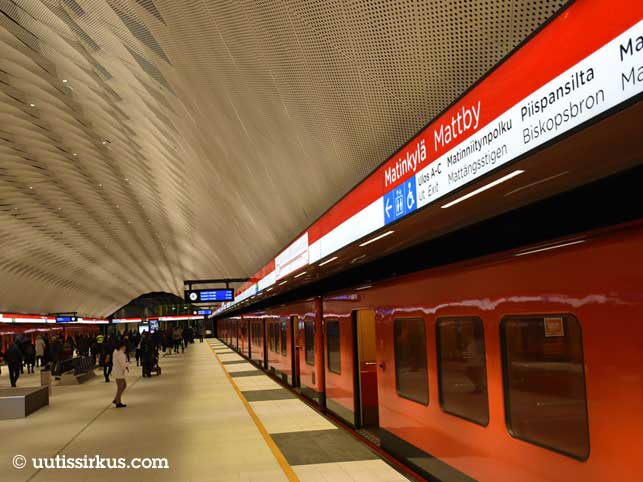 Matinkylän metroaseman laturilla muutamia ihmisiä