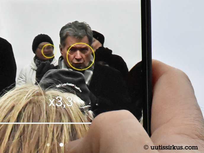 Sauli Niinistö näkyy puhelimen näytössä