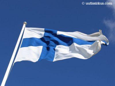 siniristilippu liehuu sinistä taivasta vasten