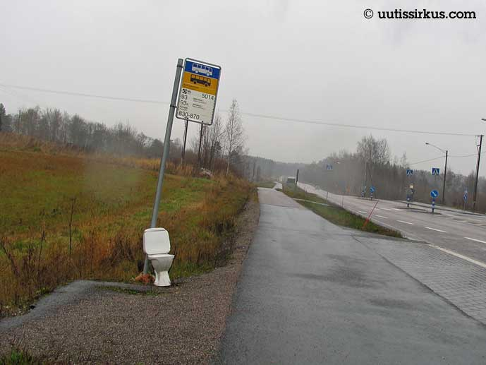 wc-pönttö linja-autopysäkkimerkin vieressä