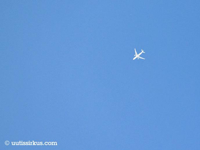 lentokone lentää korkealla sinisellä taivaalla