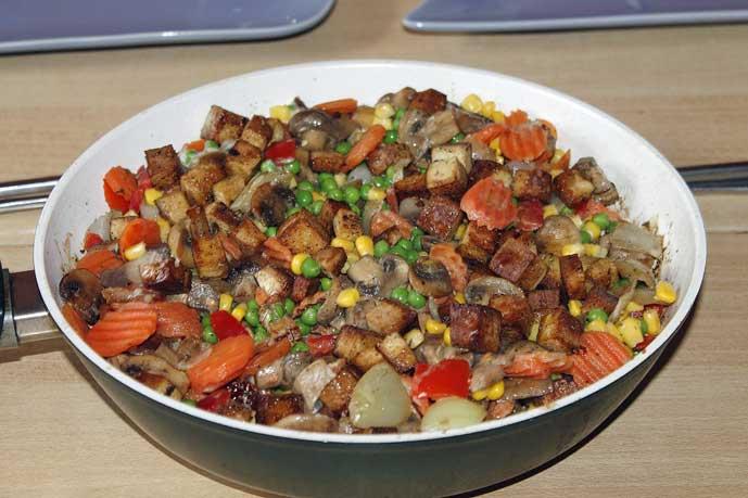 tofupannu, joka muistuttaa pyttipannua