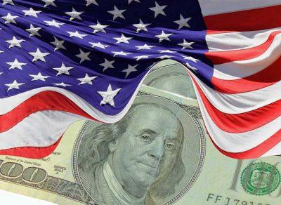 USA:n lippu, jonka liepeen alta näkyy sadan dollarin seteli
