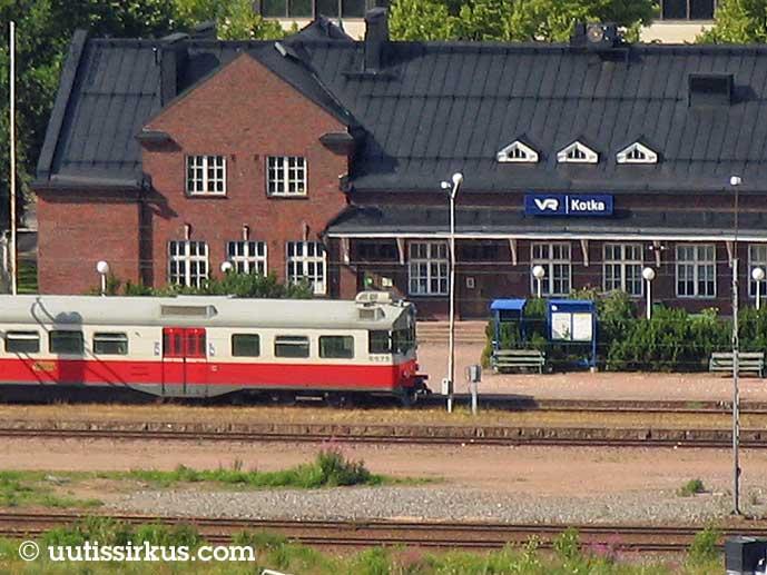 Juna on lähdessä Kotkan tiilirakenteiselta rautatieasemalta