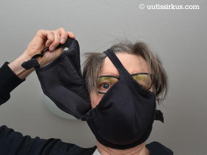 rintaliivien toinen kuppi kasvojen yli vedettynä