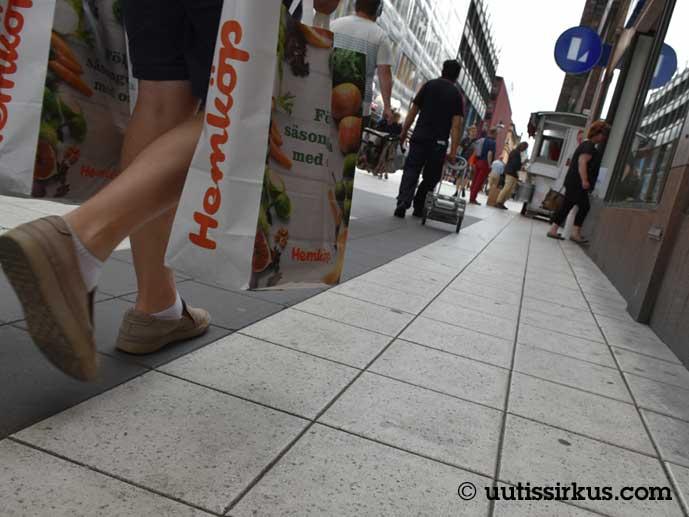 Drottninggatanin laatoituksella kävelee ihmisiä