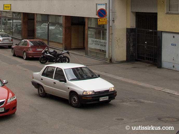 Toyota Corolla kiitää kadulla noin vuonna 2008