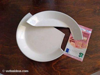 kahteen osaan haljennut Arabian Teema-lautanen, jonka vieressä kympin seteli
