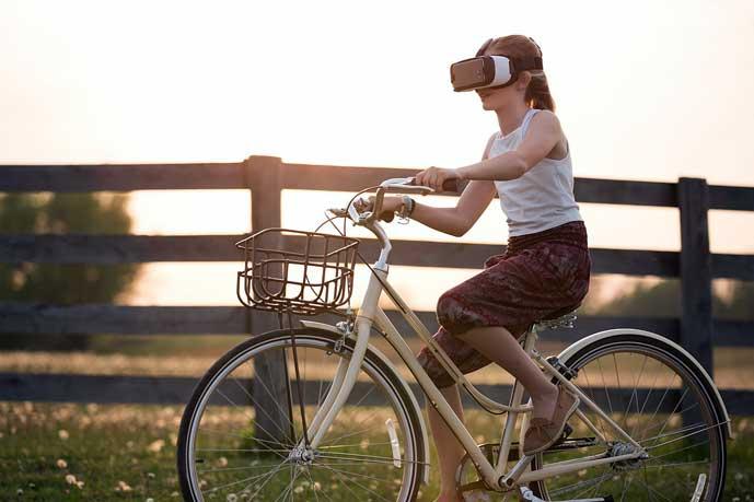 pyöräilijä ajaa vr-lasit päässään