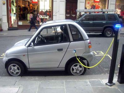 sähköauto latausasemalla