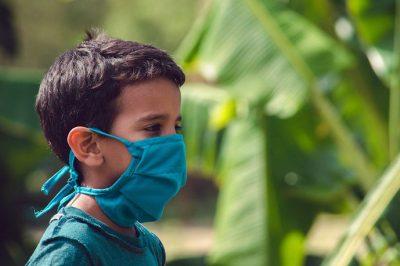 lapsi maskissa